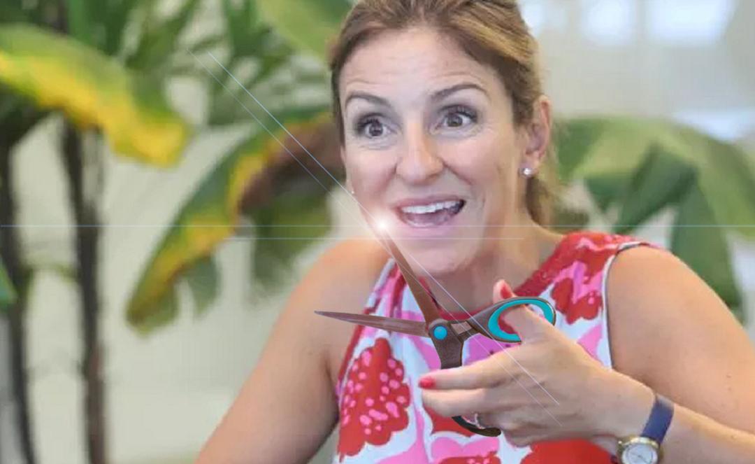 Soledad Acuña con una tijera